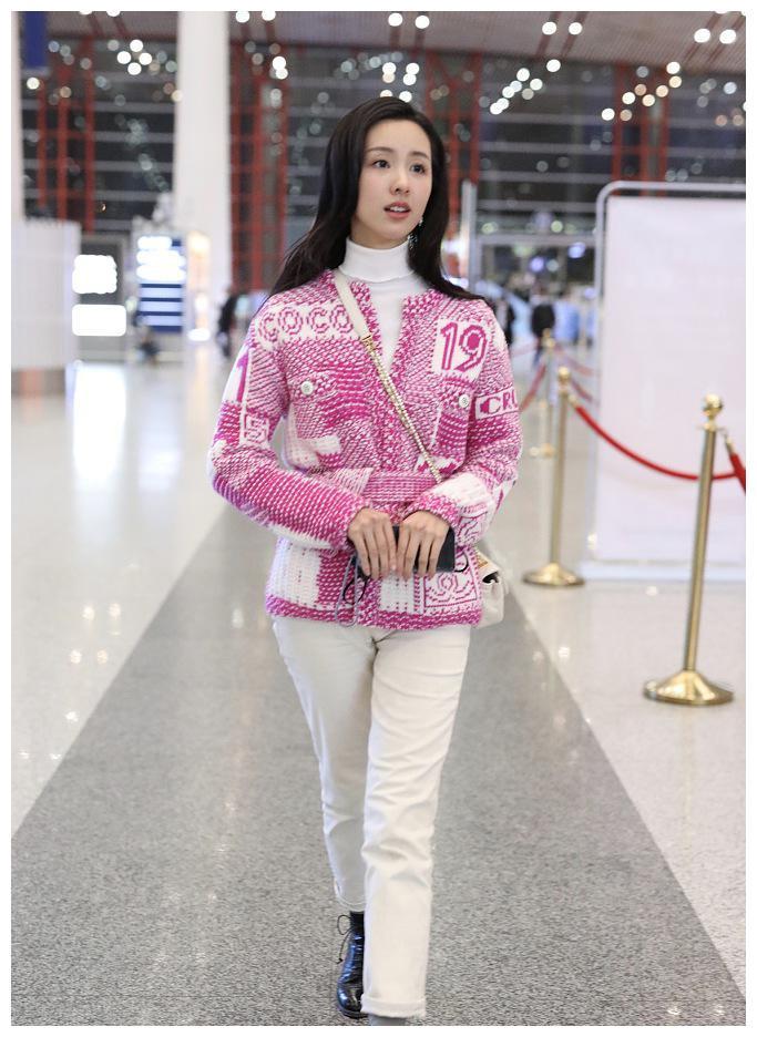 陈都灵,穿粉色上衣十分甜美,白色裤子勾勒出美腿实在太漂亮