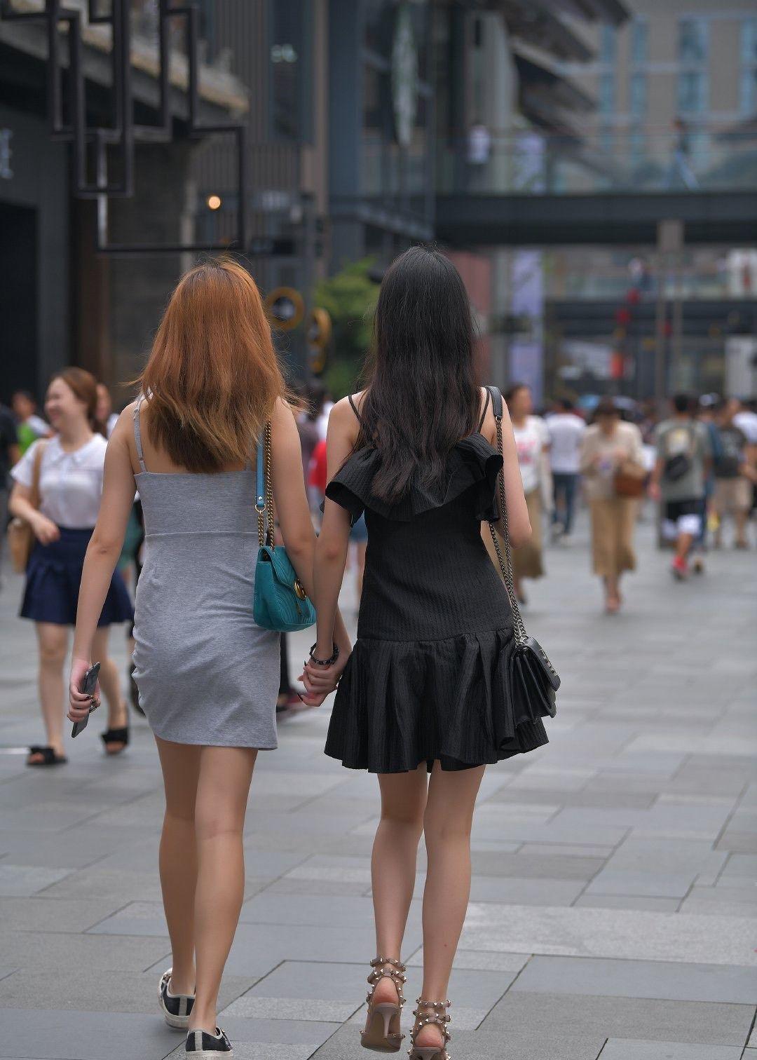 街拍:雪肤花貌的小姐姐,连衣裙配高跟鞋,女人味十足