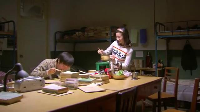 相爱十年:韩灵在宿舍给肖然做饭,陈启明让刘元吃一点,刘元冷漠