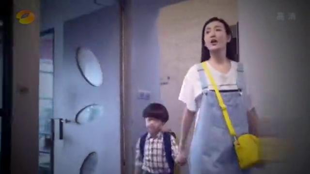 美女带儿子一起去上班,不料儿子实力坑妈,见到女总裁就喊奶奶