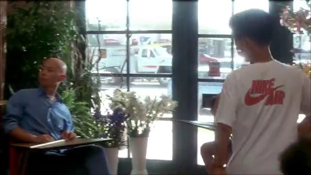 葛大爷在人家的花店里教美国警察说汉语,一本正经的样子太好笑了