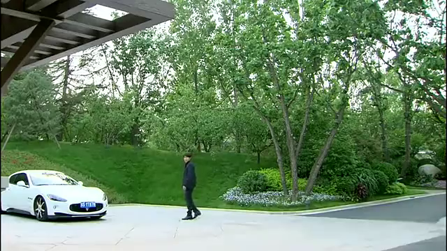 美女拉着男子解释老公确不信,不料情绪失控发疯似的乱开车!