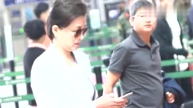 杨澜的精致感不是吹的,一身高级灰西装套裙走机场,简约但很高级