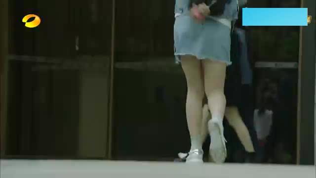 亿万千金隐瞒身份上班,不料竟穿着运动鞋和超短裙,员工全看呆了
