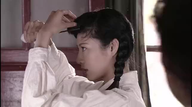 姑娘臭美,用铁钳子烫头发,谁料战友们都觉得袁鹰更美