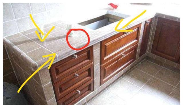 很多人现在橱柜台面用这种材料,老师傅看见直说好,实用还大气