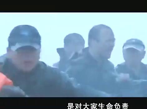 超强台风:身为市长,为了群众的安危他在暴雨中当众跪下!