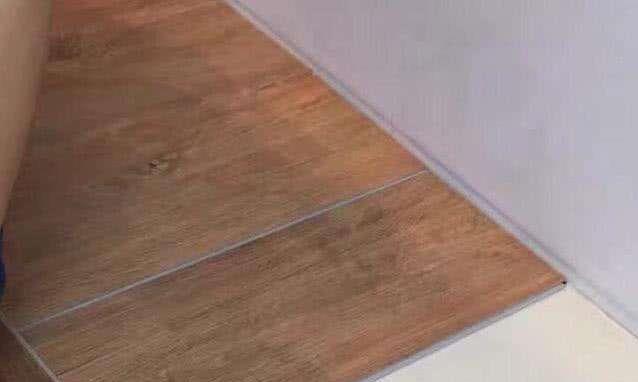 头一次见在旧瓷砖上铺木地板,不得不感叹太聪明了,省钱方便美观