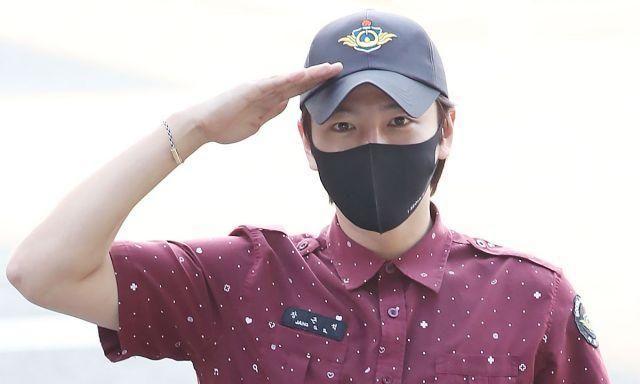 韩国演员张根硕穿酒红桃心衬衫现身离别退伍,站直敬礼