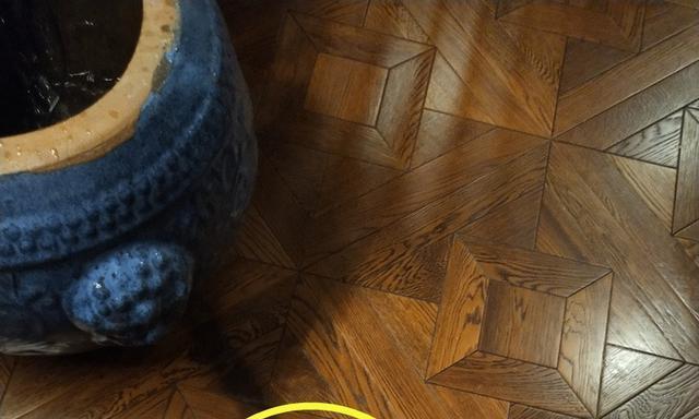地板出现几处发黑,地暖售后和木地板卖家却相互推脱:不关我的事