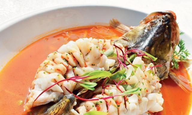 松鼠鳜鱼想要更好吃,变炸为先煮后蒸,变酸甜为酸辣微甜