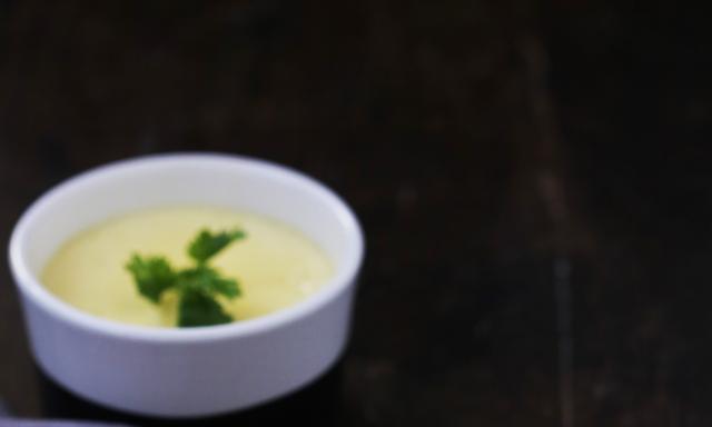 鲜奶炖蛋的比例是多少?蒸多长时间最嫩?掌握窍门,炖蛋又嫩又滑