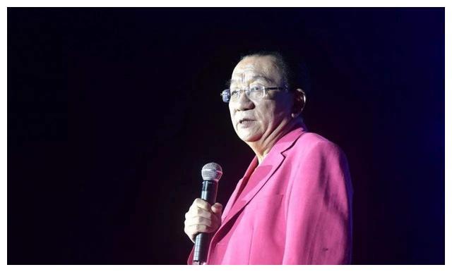 73岁侯耀华秀书法,作品价值不菲,徒弟何云伟也成了书画名家
