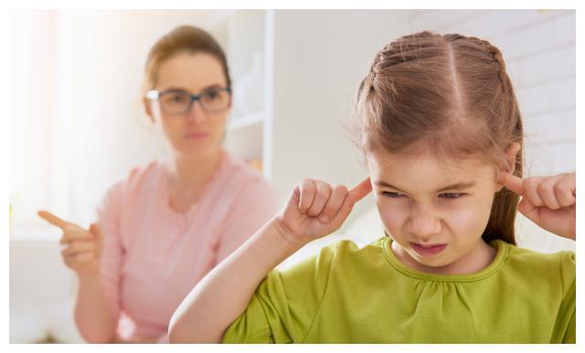 为什么家里来客人,孩子就闹腾还没礼貌?其实不是孩子不听话