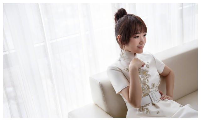 杨钰莹画风大变,49岁剪厚刘海丸子头扮嫩,被网友吐槽太油腻