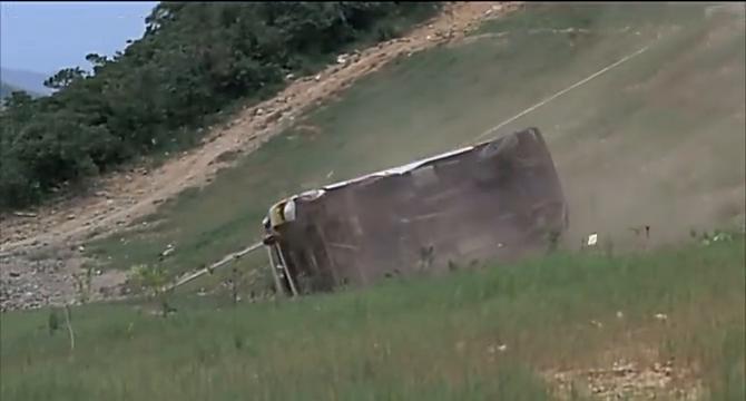 发生车祸,一辆坐满学生的校车跌下山坡,众人急忙营救