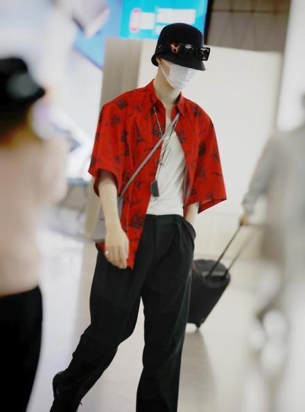 范丞丞红色印花衬衫搭垂顺西裤,清爽帅气