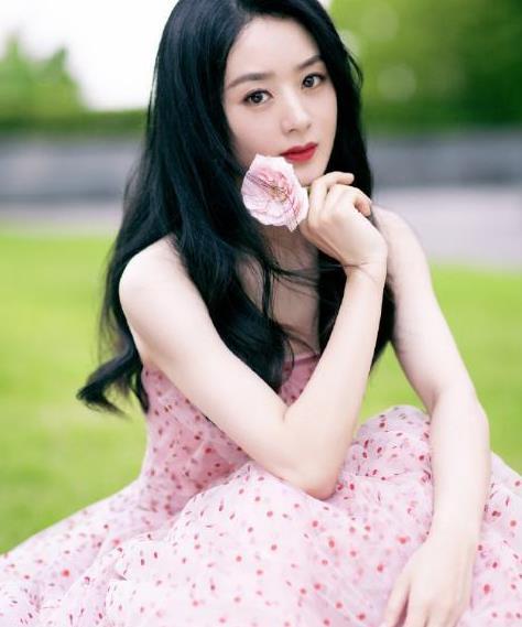 赵丽颖认真打扮起来真惊艳,一头卷发穿粉色波点裙,少女感爆棚了