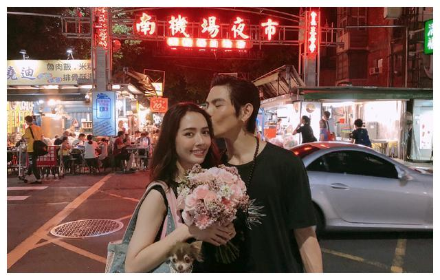 郭碧婷临盆在即,挺孕肚与向佐现身街头,两人穿情侣装大秀恩爱