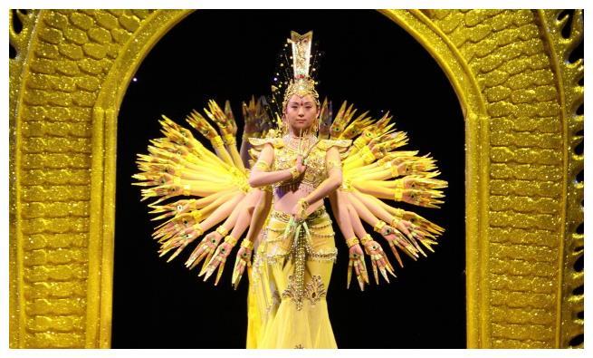 2005年,舞者邰丽华《千手观音》征服观众,如今生活怎样?