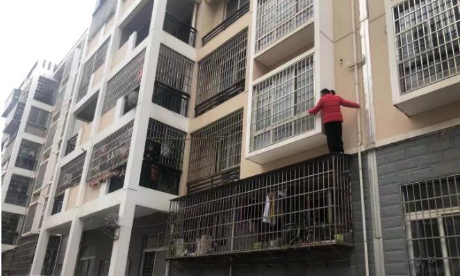 赣州一名红衣女子身体被卡在二楼,原因竟是……