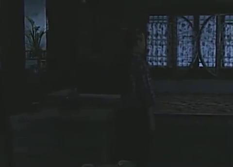 寄萍在李美莲师娘的家里,找到了正要上吊自杀的宝儿