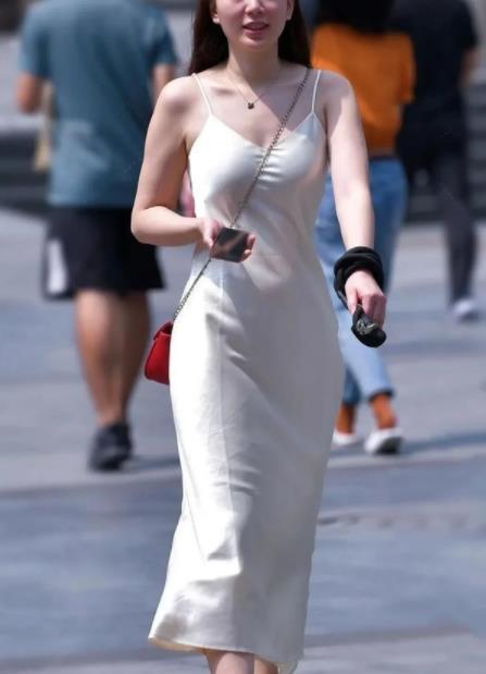 街拍美图:时尚个性的小姐姐,搭配吊带裙,展现成熟气质!