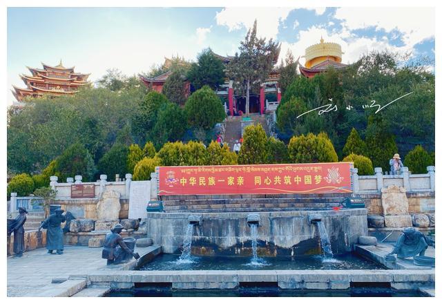 云南香格里拉有一个巨型转经筒,位于独克宗古城,曾经是世界之最