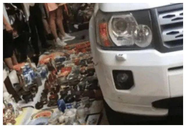 小伙开路虎压碎路边古玩,摊位大爷怒了:把车卖了你也赔不起!