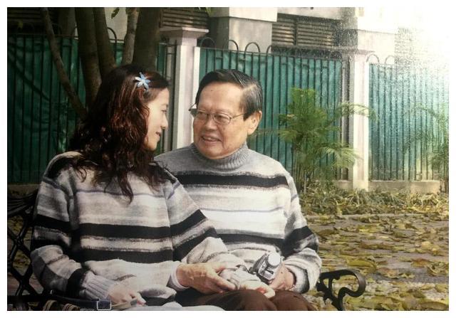 98岁杨振宁携妻露面,44岁翁帆穿千鸟格裙时髦减龄,粗壮小腿抢镜