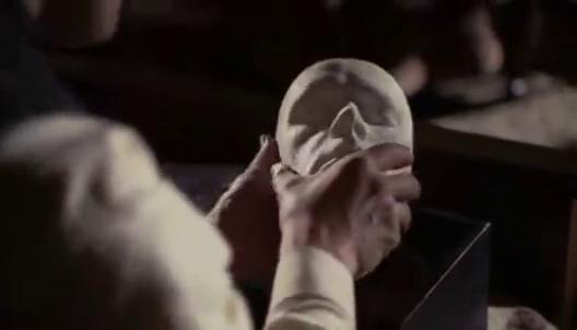 男子收一个面具,可以看到别人的世界面具还会流血.