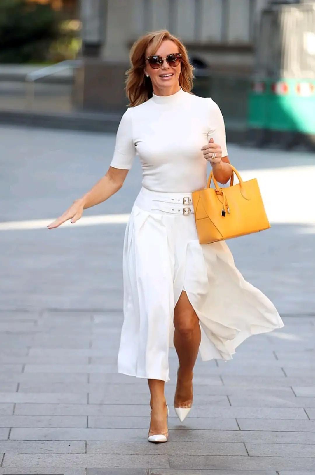 女星阿曼达·霍尔顿,针织衫搭开衩裙,49岁身材没走样
