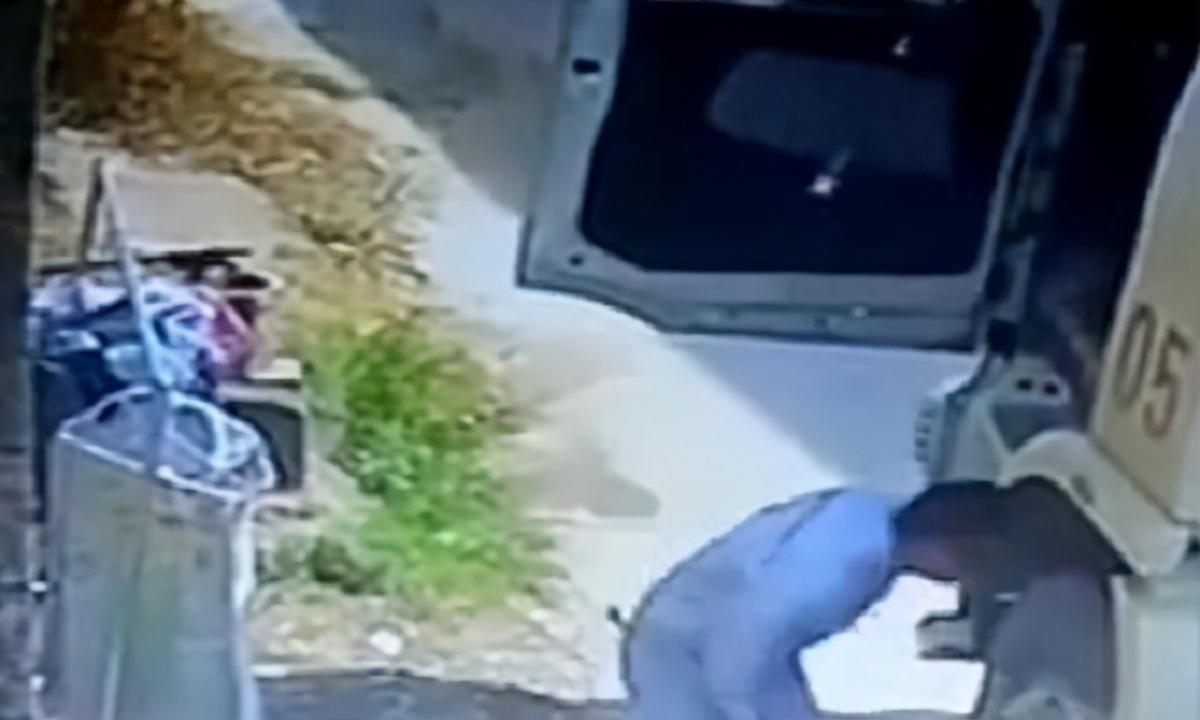 戏精?广东一男子佯装车子抛锚,却偷走一件女性内衣