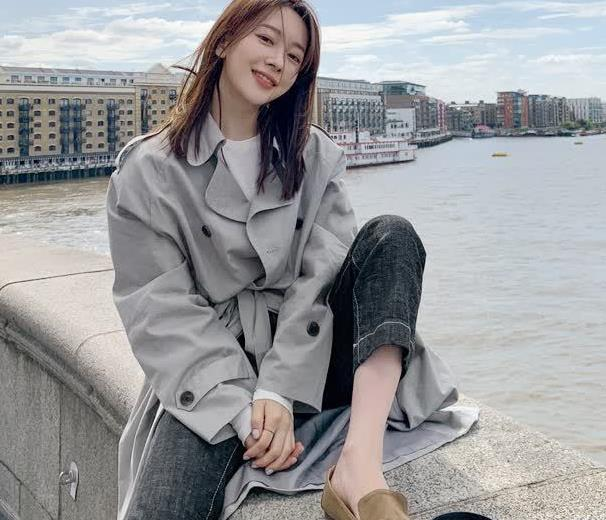 韩版霸气宽敞风衣,苗条的韩模,也能把灰色的风衣穿出女神范