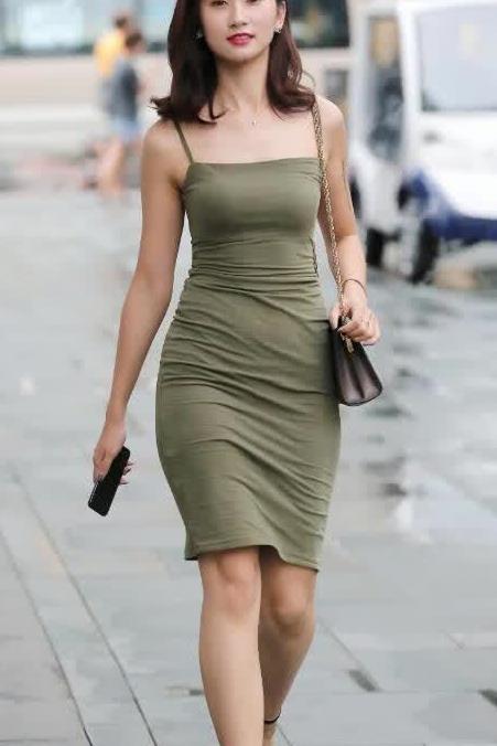 街拍:军绿色吊带修身裙 彰显身材曲线美