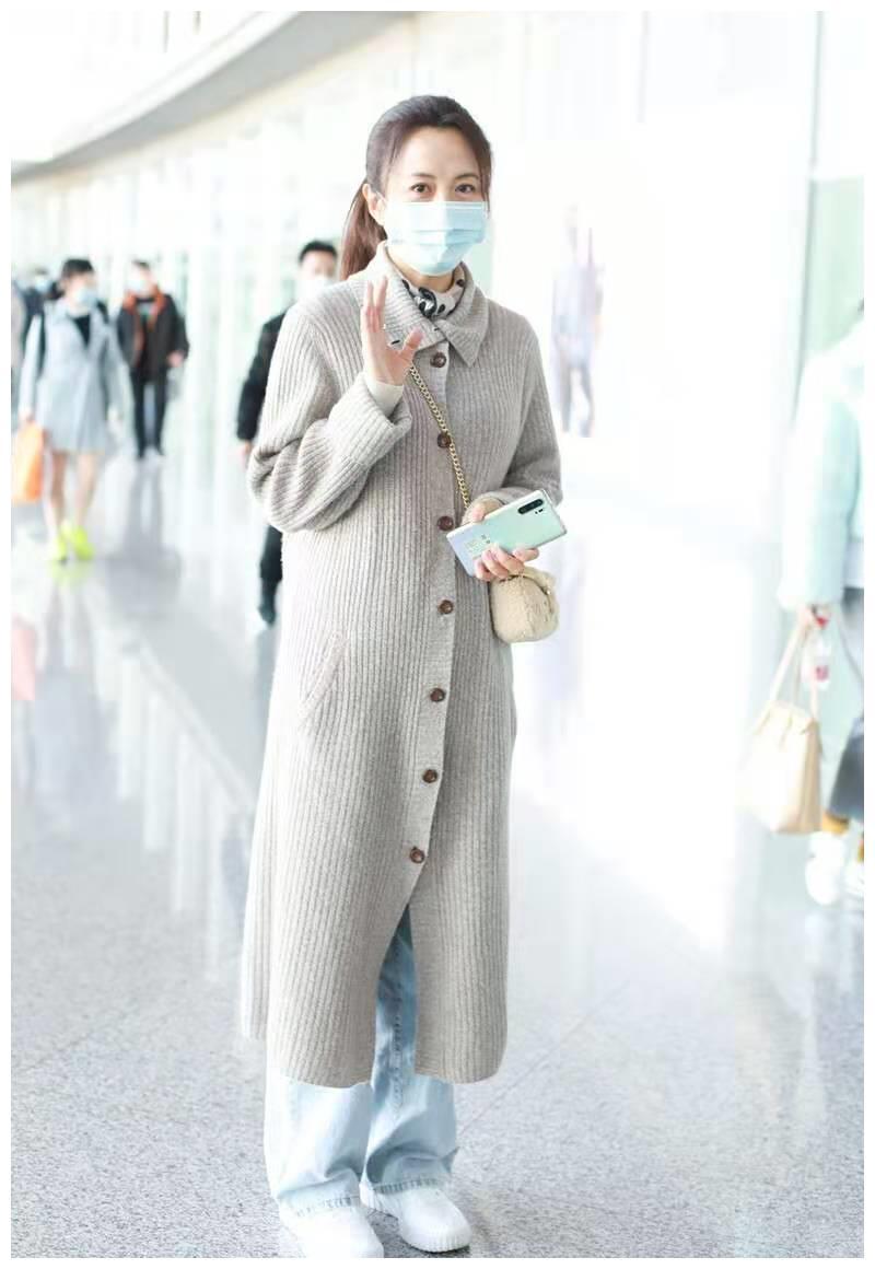 杨童舒秋冬衣服不错,穿针织开衫搭配牛仔裤走机场,减龄又时髦