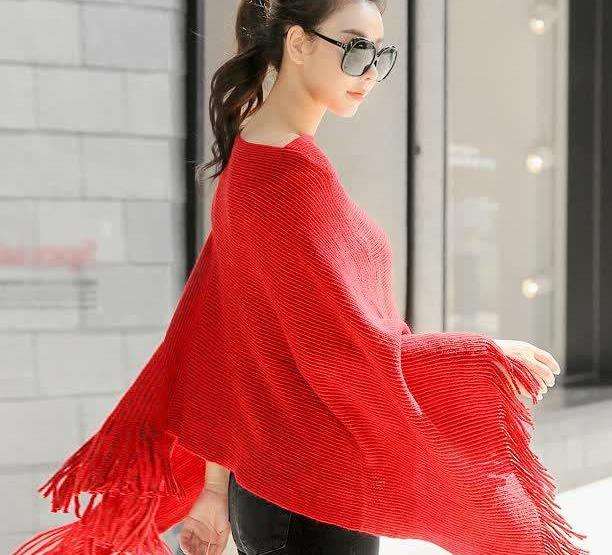 个性的斗篷毛衣,宽松的版型对身材很友好,是胖MM的福利款