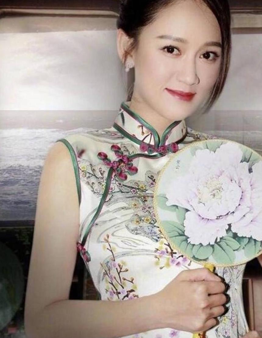活泼可爱陈乔恩,旗袍美丽,日常穿搭更是帅气