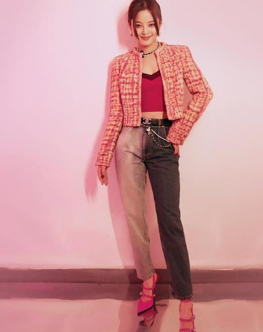 辛芷蕾不走寻常路,穿小香风外套搭个性拼色裤,意外美出新高度!
