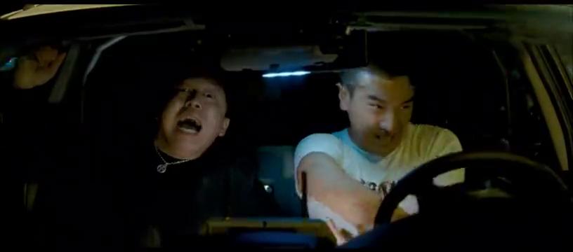 英雄驾车逃离,后方的武装直升机紧追不舍,坐在车里的痞子最紧张