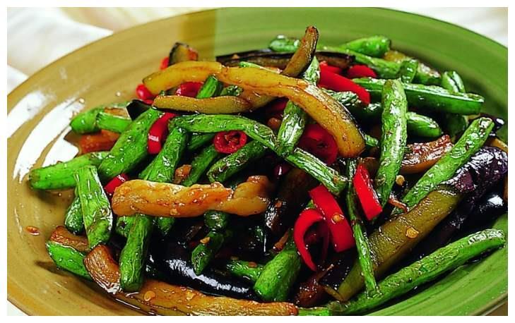 家常豆角烧茄子虽是素菜,味道比肉还香,不油不腻,好吃到流口水