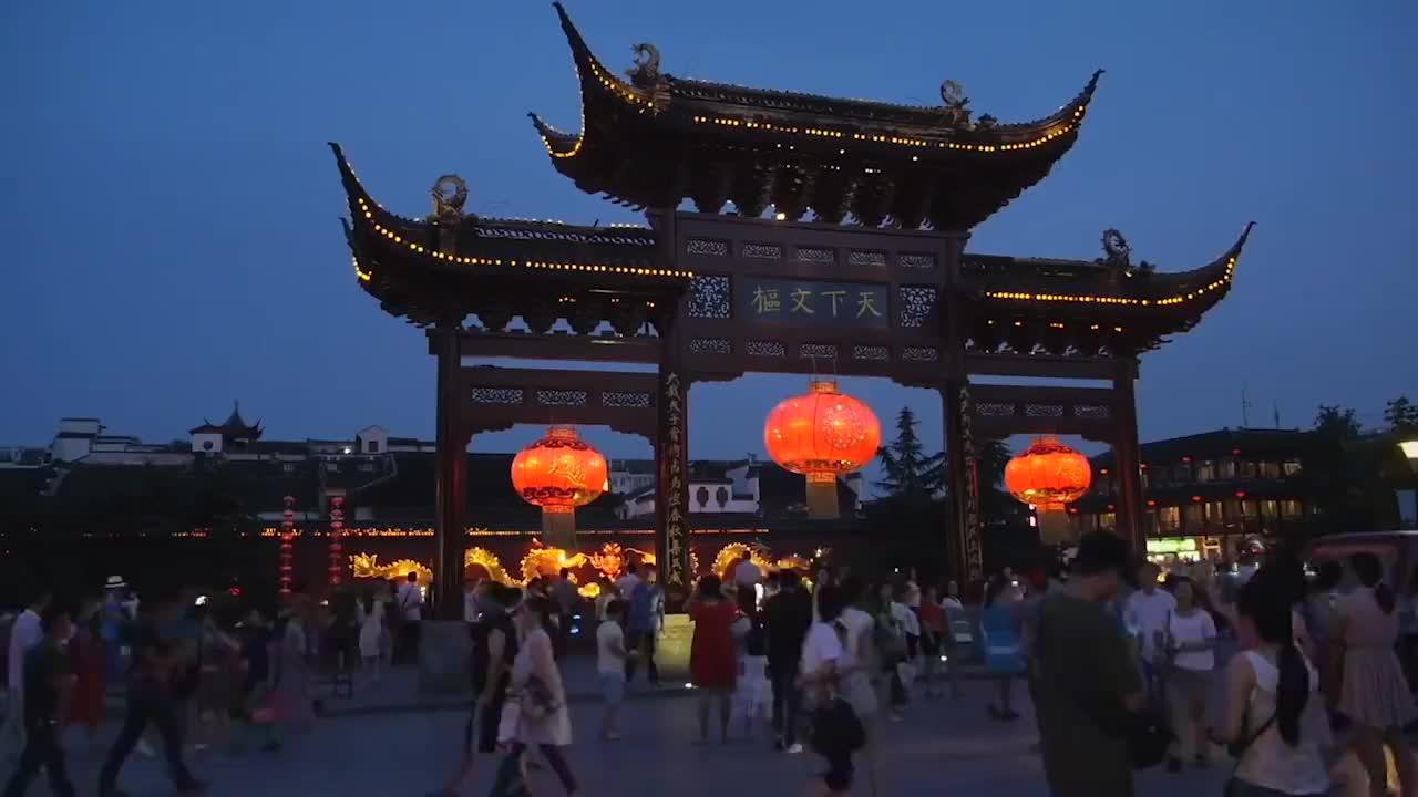 英国外婆想念中国孙女,不远千里来中国探亲,刚一见面就愣了