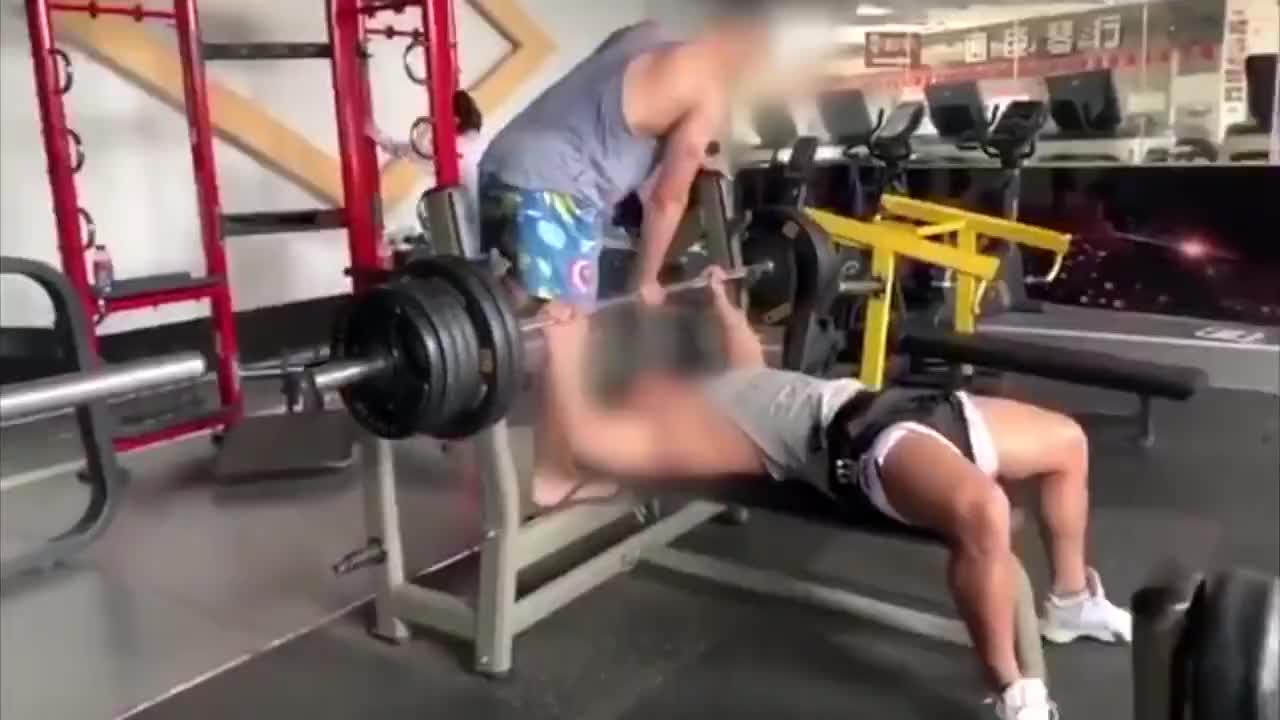 健身教练卧举190公斤杠铃撕脱胸大肌医生打铆钉重接