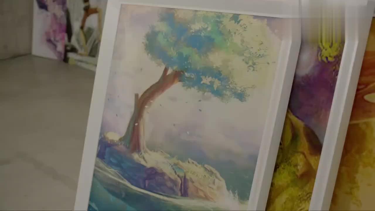 男友画展上收到好多礼物,美女帮他收拾,直到她看到一张明信片