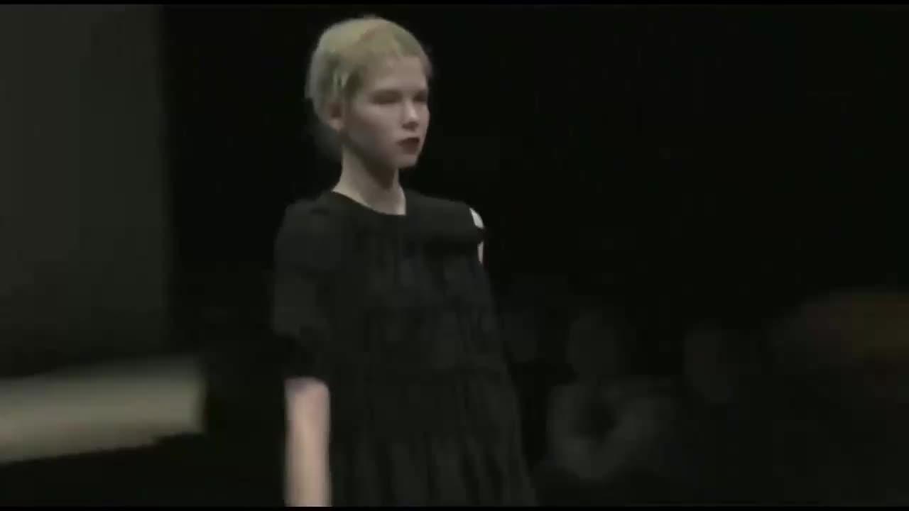 褶皱小黑裙,不规则的袖子设计,充满个性与时尚