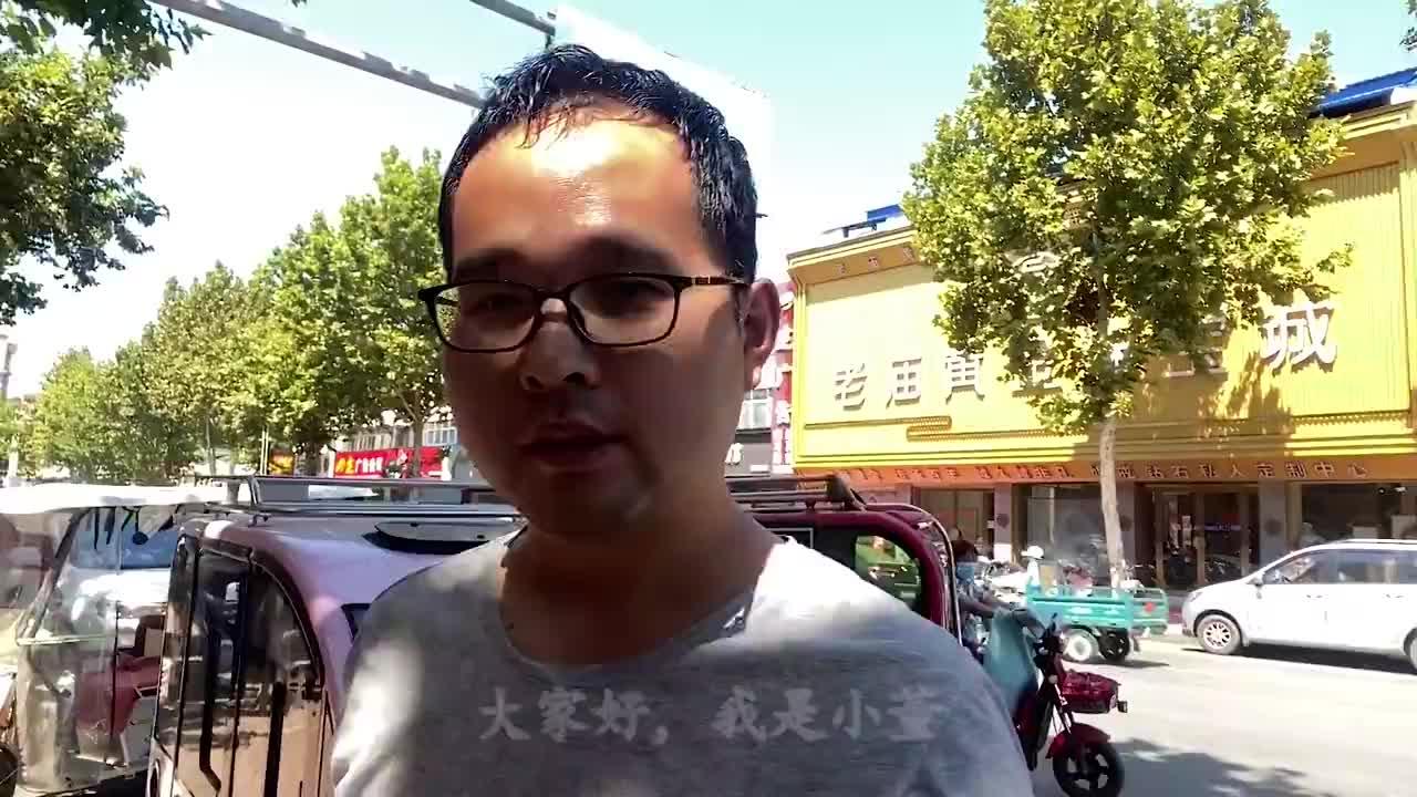 河南大哥卖凉皮13年,吃一碗要排队半个小时,香辣美味真过瘾