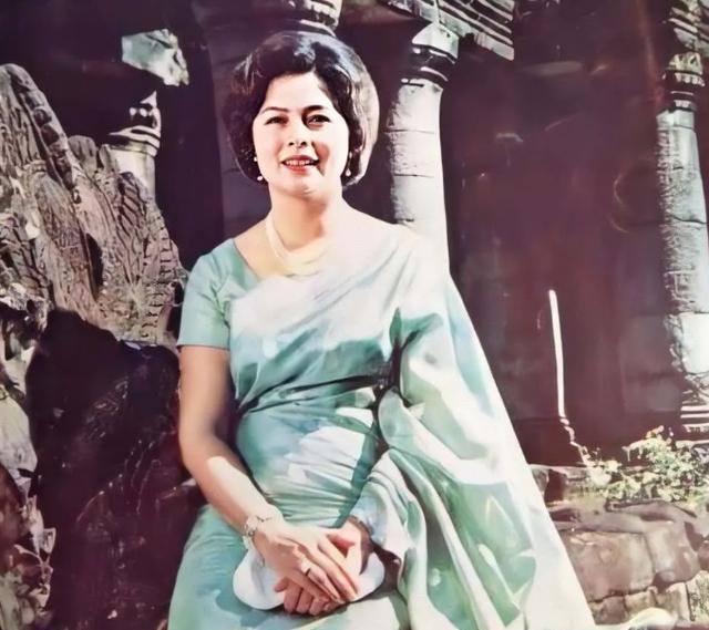 85岁柬埔寨太后白衣素净,四国混血芳华绝代,花心国王一生挚爱