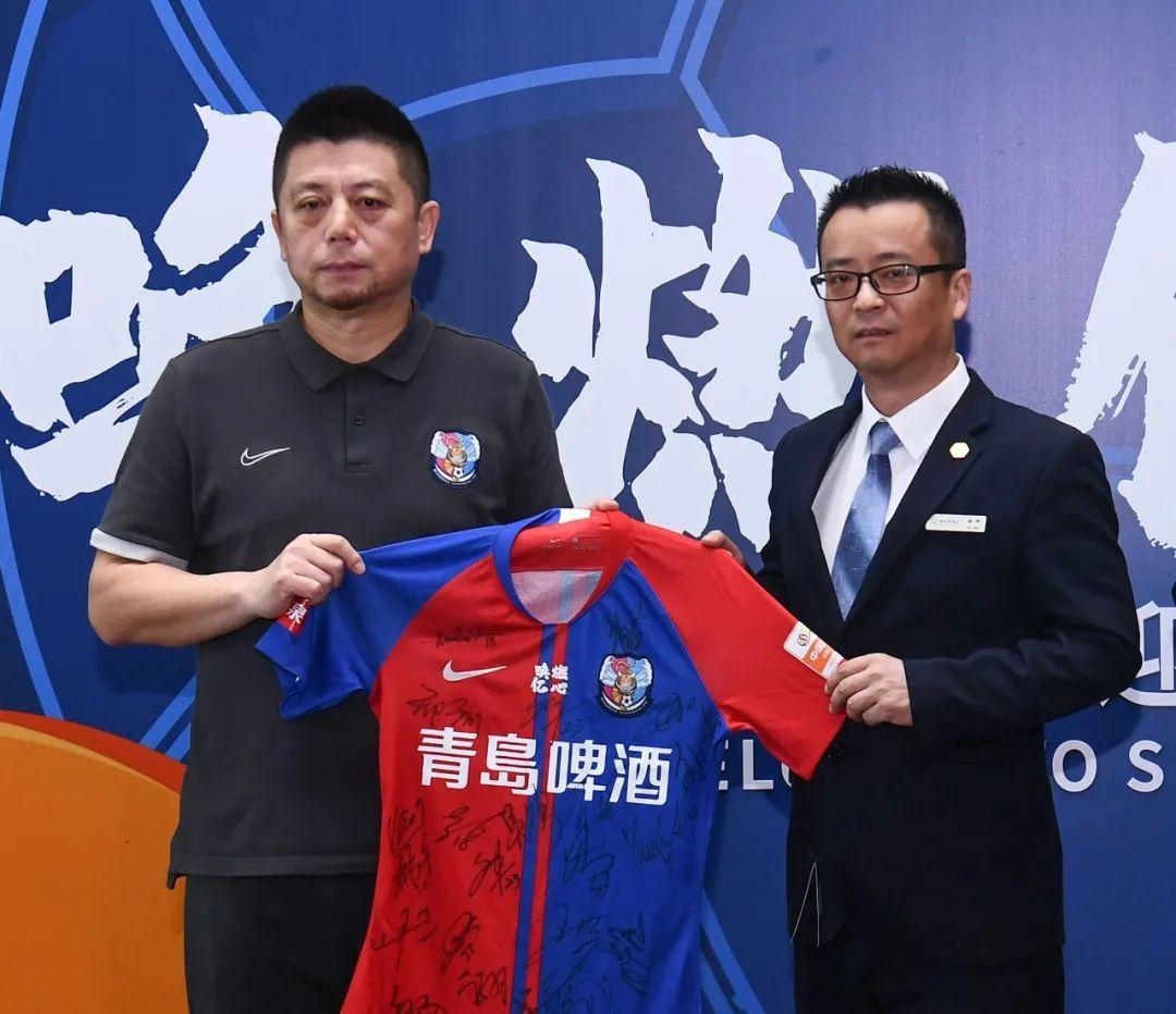 青岛黄海足球俱乐部向苏州赛区酒店赠送了锦旗与签名纪念球衣