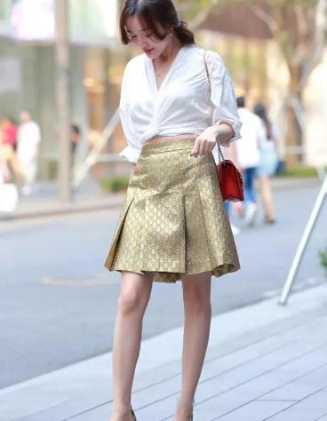 """街拍:邻家表姐穿""""麻袋""""出门,让她在这条街上""""闪闪发光"""""""