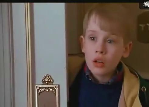 《小鬼当家2》一个小孩住总统套房,只是游泳的时候糗大了